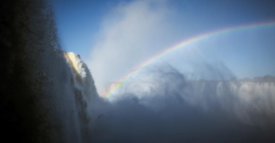 26.jul.2013 - Nas Cataratas do Iguaçu, a temperatura chegou a 1°C nesta sexta-feira. O ponto turístico na cidade de Foz do Iguaçu (PR), onde houve geada e formação de neblina pela manhã, continua a atrair turistas mesmo com o tempo frio