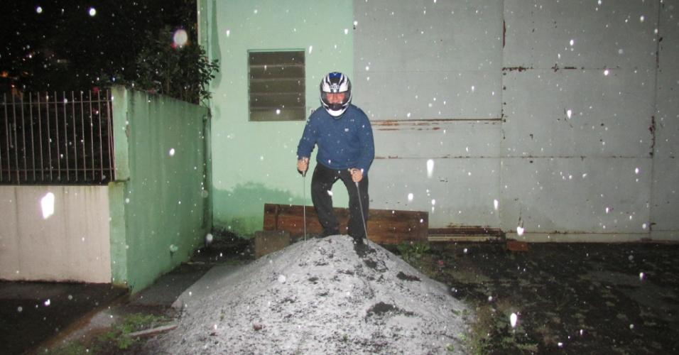 26.jul.2013 - O internauta Angelo Schulka brincou: Até a prática de esqui foi possível em Canoinhas (SC). Imagem foi tirada em frente à sua casa