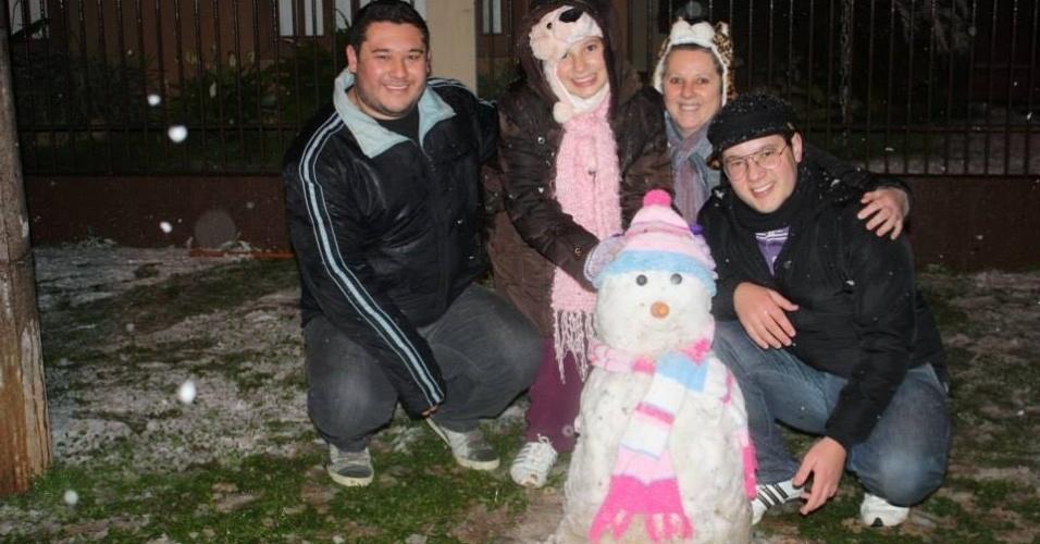 26.jul.2013 - O internauta João Paulo Cubas de Irenópolis (SC), onde nevou, enviou fotos com a família