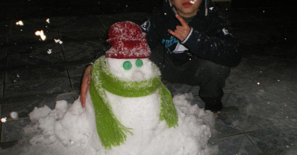 26.jul.2013 - O internauta Luiz C Rocha mostra o boneco de neve que fez com o filho, Matheus Henrique, na cidade de Canoinhas (SC) em 22 de julho