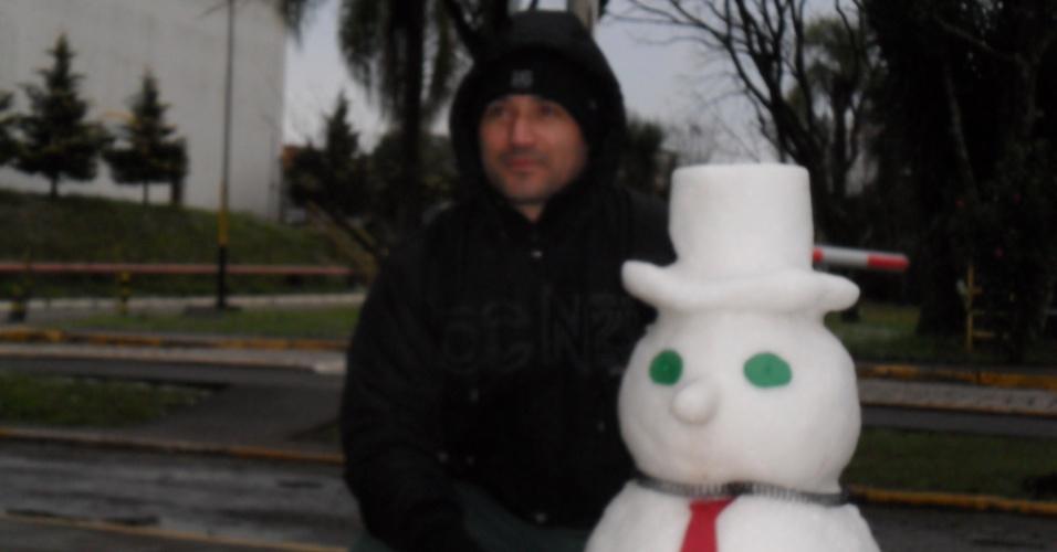 26.jul.2013 - Orelio Moreira dos Santos mostra neve na cidade de São Mateus do Sul (PR)
