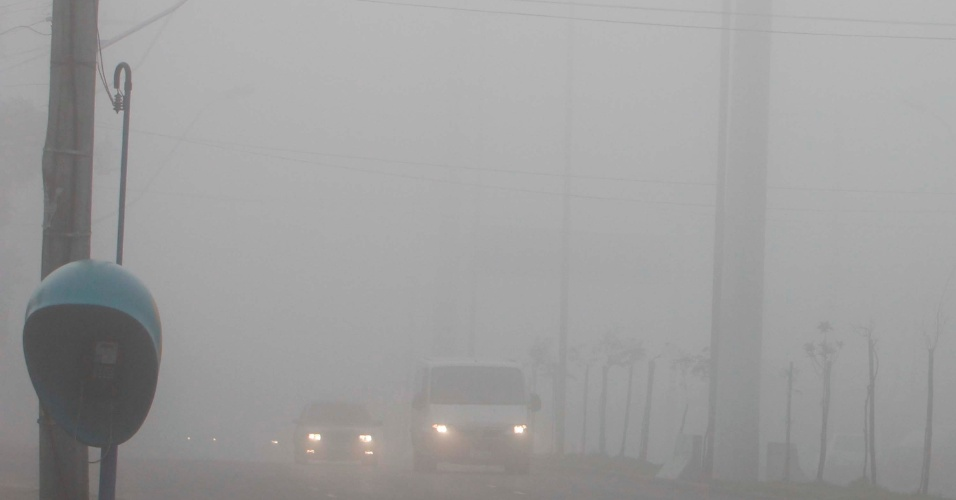 26.jul.2013 - Porto Alegre amanhece em meio ao nevoeiro, uma nuvem baixa que se forma muito próxima à superfície e reduz a visibilidade a menos de 1 quilômetro. Por conta disso, o aeroporto da capital do Rio Grande do Sul fechou pela manhã
