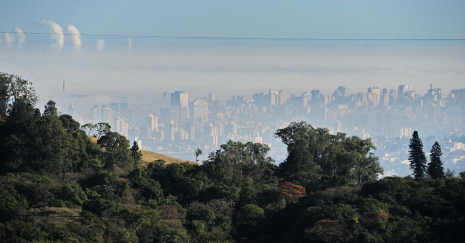 26.jul.2013 - Porto Alegre amanheceu coberta por uma forte neblina e os termômetros marcavam 5,1ºC na capital gaúcha por volta das 6h. Por conta da densa nuvem, o aeroporto na zona norte da cidade fechou pela manhã