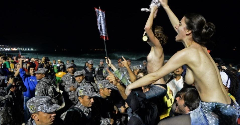 27.jul.2013 - Grupo protesta contra a Igreja Católica e em defesa do aborto, neste sábado (27), nos arredores da praia de Copacabana, durante a Jornada Mundial da Juventude