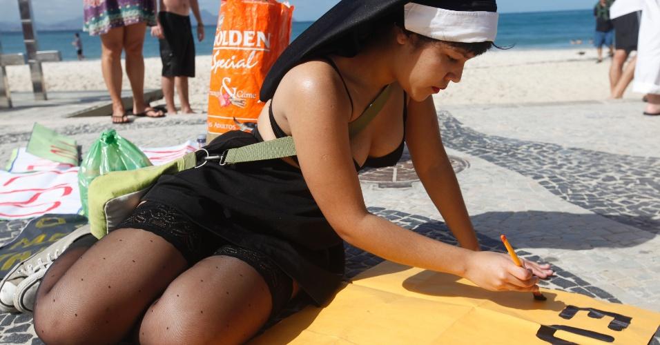 27.jul.2013 - Manifestantes realizam 'Marcha das Vadias' na praia de Copacabana, Rio de Janeiro