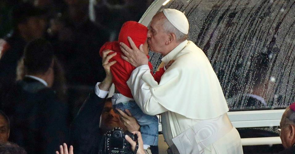 27.jul.2013 - Papa Francisco beija criança ao chegar à Catedral Metropolitana do Rio de Janeiro onde celebrou missa da JMJ (Jornada Mundial da Juventude)