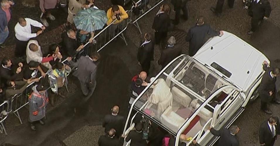 27.jul.2013 - Papa Francisco beija criança em seu papamóvel durante trajeto em direção à Catedral Metropolitana do Rio de Janeiro, onde rezará uma missa, na manhã deste sábado (27)