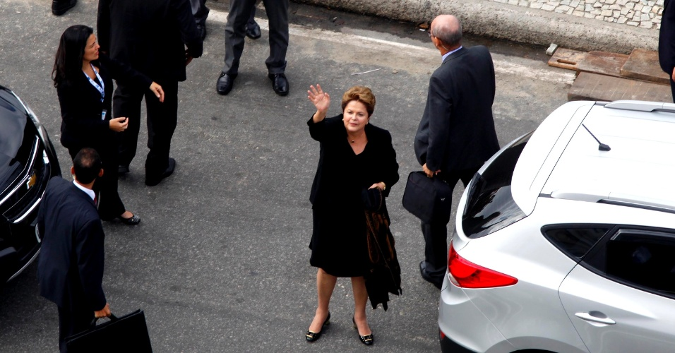 28.jul.2013 - A presidente Dilma Rousseff acena para simpatizantes ao chegar para missa de encerramento da JMJ (Jornada Mundial da Juventude), celebrada pelo papa Francisco em Copacabana, no Rio de Janeiro