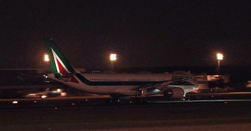 28.jul.2013 - Avião da companhia Alitalia que levará o papa Francisco a Roma, na Itália, decola no Aeroporto do Galeão, no Rio de Janeiro
