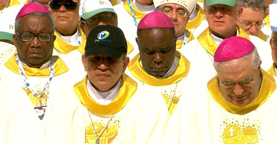 28.jul.2013 - Cardeais participam de missa de encerramento da JMJ (Jornada Mundial da Juventude), celebrada pelo papa Francisco, na praia de Copacabana, no Rio de Janeiro