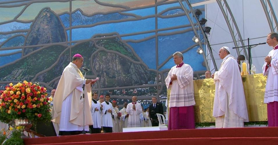 28.jul.2013 - Dom Orani João Tempesta, arcebispo do Rio de Janeiro, fala ao papa Francisco antes do início da missa de encerramento da JMJ (Jornada Mundial da Juventude), em Copacabana, no Rio de Janeiro