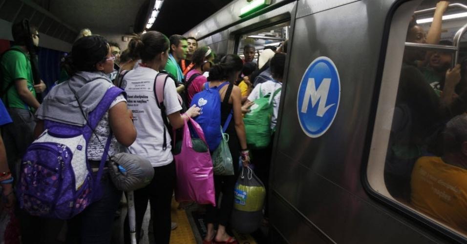 28.jul.2013 - Fiéis católicos pegam o metrô, após missa de encerramento da Jornada Mundial da Juventude, celebrada pelo papa Francisco, na praia de Copacabana, na zona sul do Rio de Janeiro, neste domingo (28). Longas filas se formaram nas estações próximas ao local