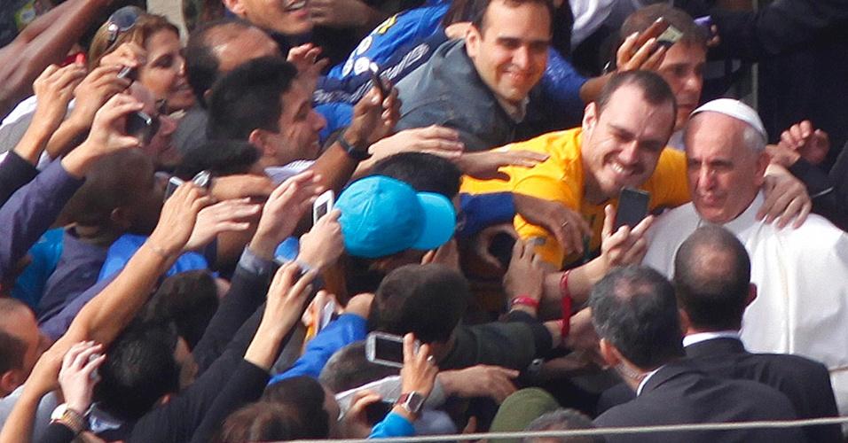 28.jul.2013 - Fiel tira foto com papa Francisco ao chegar à praia de Copacabana, no Rio de Janeiro, onde celebra a missa de encerramento da JMJ (Jornada Mundial da Juventude)