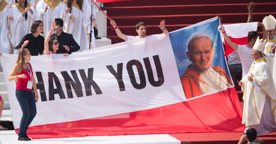 28.jul.2013 - Grupo de poloneses usam faixa com a frase