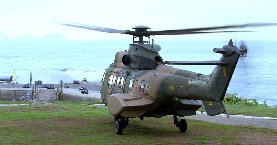 28.jul.2013 - Helicóptero do papa Francisco pousa em Copacabana, no Rio de Janeiro, onde o pontífice celebrará a missa de encerramento da JMJ (Jornada Mundial da Juventude)