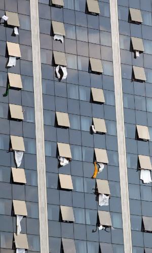 28.jul.2013 - Hóspedes de um hotel acenam e estendem lençóis durante missa de encerramento da JMJ (Jornada Mundial da Juventude), celebrada pelo papa Francisco em Copacabana, no Rio de Janeiro, neste domingo (28)