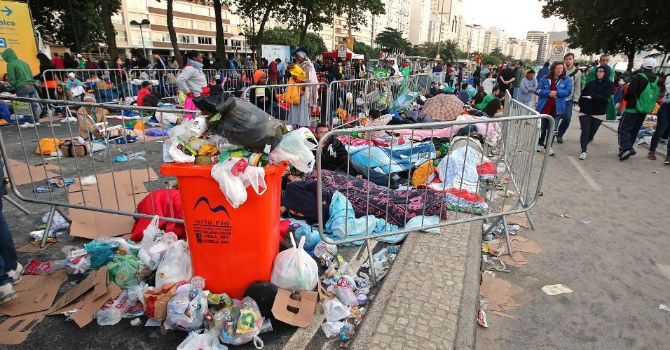 28.jul.2013 - Lixo fica acumulado na praia de Copacabana após vigília da Jornada Mundial da Juventude, no início da manhã deste domingo (28), último dia do evento