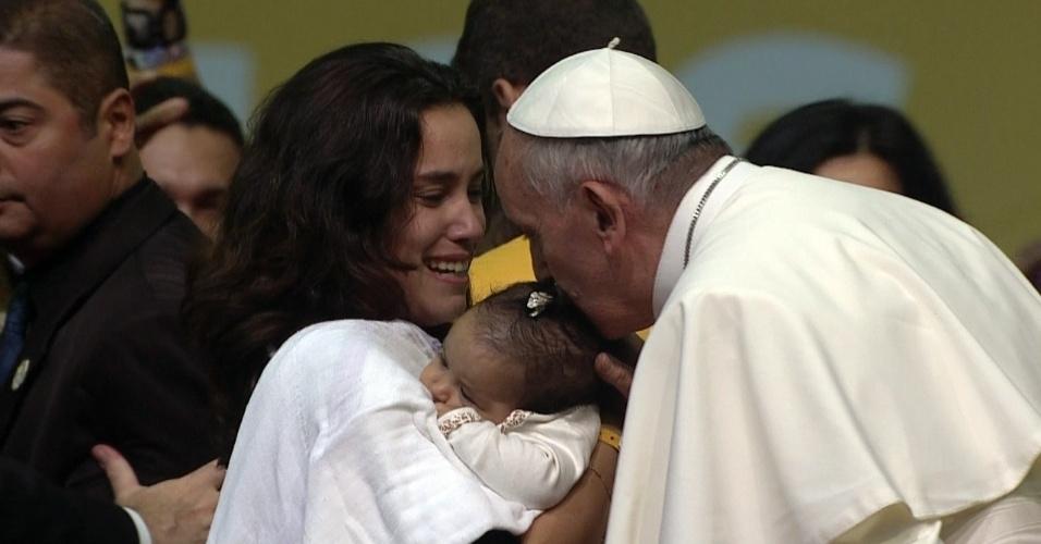 28.jul.2013 - Mãe leva filha para ser beijada pelo papa Francisco, após encontro com voluntários da Jornada Mundial da Juventude, que acontece neste domingo (28), no Riocentro, na Barra da Tijuca, no Rio de Janeiro