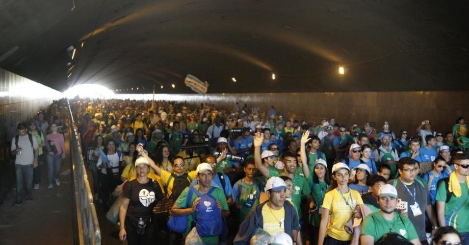 28.jul.2013 - Multidão atravessa túnel para deixar local de celebração da Jornada Mundial da Juventude, em Copacabana, zona sul do Rio de Janeiro. A missa se encerramento do evento católico foi ministrada na manhã deste domingo (28), na praia de Copacabana, pelo papa Francisco