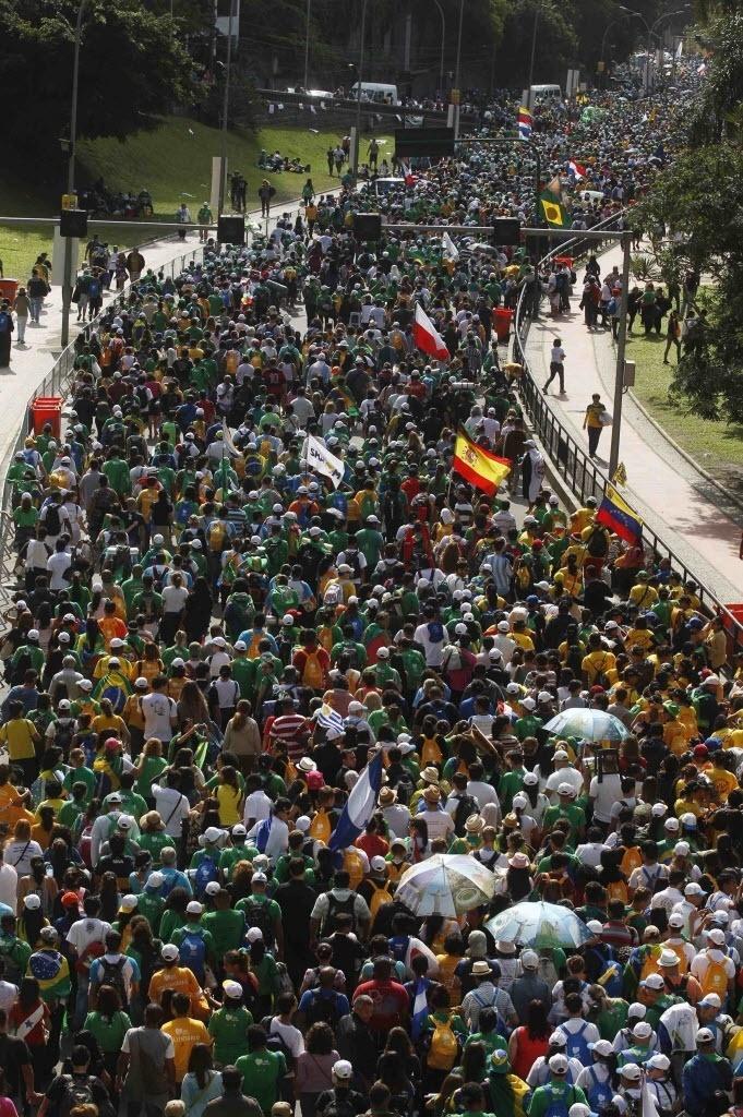 28.jul.2013 - Multidão de peregrinos deixa Copacabana, na zona sul do Rio de Janeiro, após a missa de encerramento da Jornada Mundial da Juventude, ministrada na manhã deste domingo pelo papa Francisco