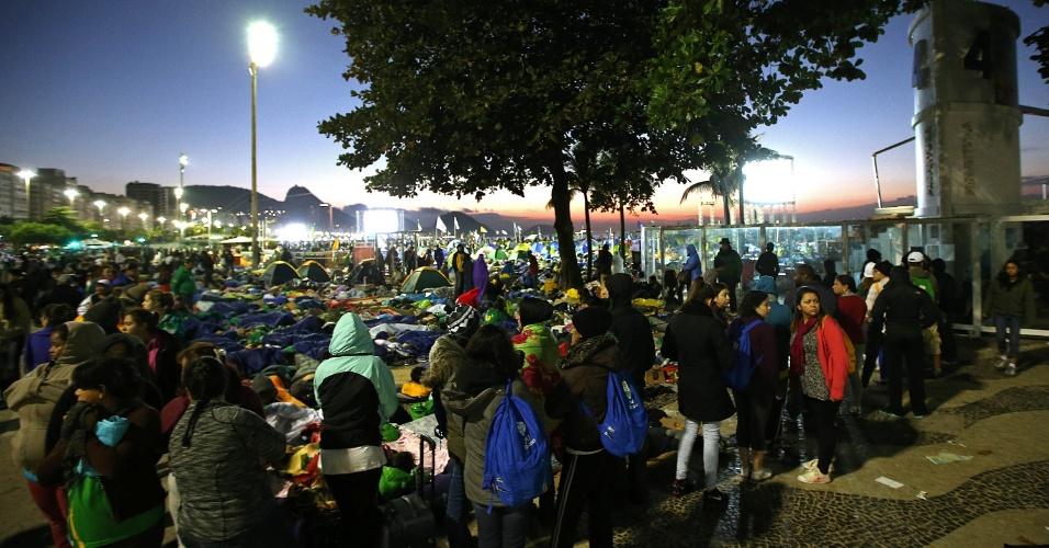 28.jul.2013 - No último dia da Jornada Mundial da Juventude, peregrinos que participaram da vigília do papa Francisco formam fila para ir ao banheiro após dormirem nas ruas e na areia da praia de Copacabana, no início da manhã deste domingo (28)