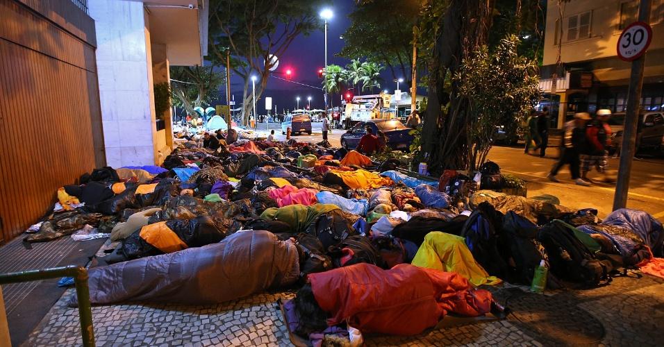 28.jul.2013 - No último dia da Jornada Mundial da Juventude, peregrinos que participaram da vigília do papa Francisco dormiram nas ruas e na areia da praia de Copacabana
