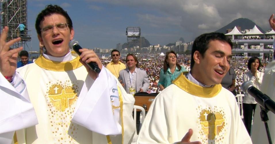 28.jul.2013 - Padres cantam no início da missa de encerramento da JMJ (Jornada Mundial da Juventude), celebrada pelo papa Francisco em Copacabana, no Rio de Janeiro