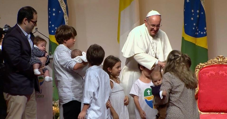 28.jul.2013 - Papa Francisco abençoa crianças durante cerimônia em um hangar no Aeroporto do Galeão, no Rio de Janeiro. Do local, ele parte para Roma, na Itália, encerrando visita feita ao Brasil