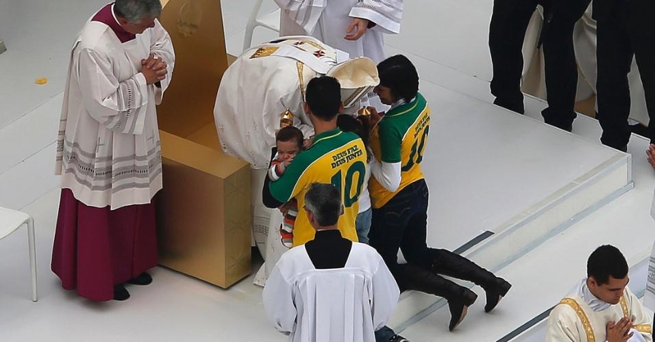 28.jul.2013 - Papa Francisco abençoa família durante missa de encerramento da JMJ (Jornada Mundial da Juventude), na praia de Copacabana, no Rio de Janeiro