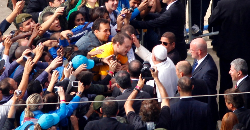 28.jul.2013 - Papa Francisco abençoa fiel ao chegar à praia de Copacabana, no Rio de Janeiro, onde celebra a missa de encerramento da JMJ (Jornada Mundial da Juventude)