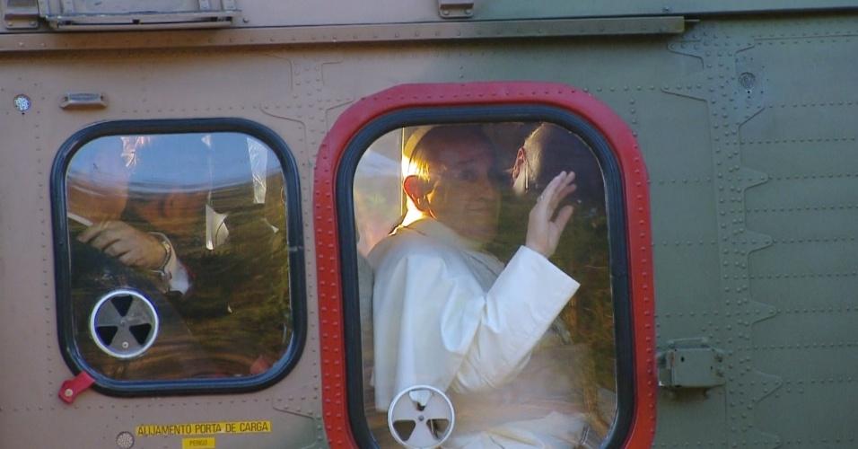 28.jul.2013 - Papa Francisco acena de helicóptero, na Residência Assunção, em Sumaré, no Rio de Janeiro. Ele segue para o Riocentro, onde se encontrará com voluntários da Jornada Mundial da Juventude