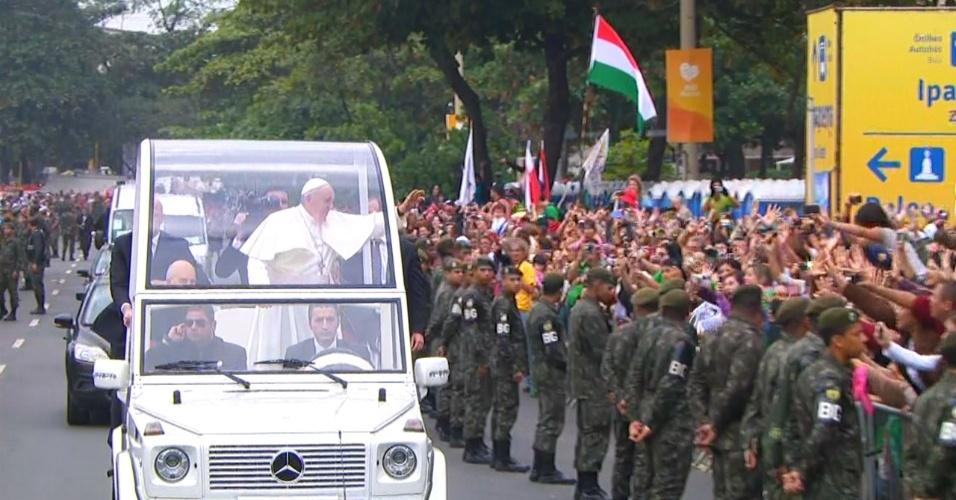 28.jul.2013 - Papa Francisco acena para fiéis enquanto anda de papamóvel ao chegar a Copacabana, no Rio de Janeiro, onde celebrará a missa de encerramento da JMJ (Jornada Mundial da Juventude)