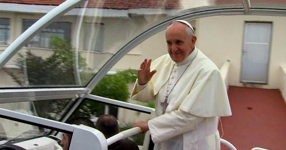 28.jul.2013 - Papa Francisco anda de papamóvel ao chegar a Copacabana, no Rio de Janeiro, onde celebrará a missa de encerramento da JMJ (Jornada Mundial da Juventude)