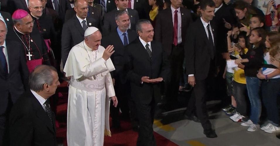 28.jul.2013 - Papa Francisco chega à última cerimônia da sua visita ao Brasil, acompanhado pelo vice-presidente Michel Temer, em um angar no Aeroporto do Galeão, no Rio de Janeiro, de onde partirá para Roma, na Itália