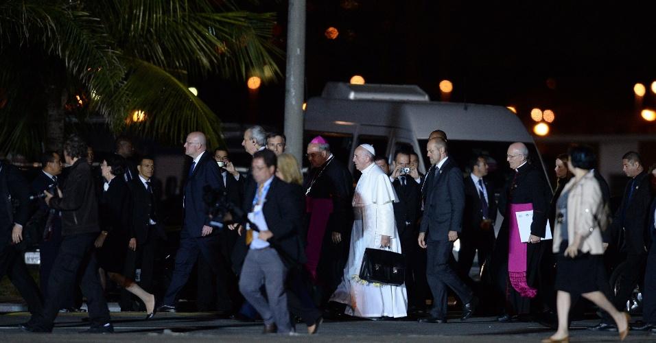 28.jul.2013 - Papa Francisco chega ao Aeroporto do Galeão, no Rio de Janeiro, de onde partirá para Roma, na Itália, neste domingo (28)