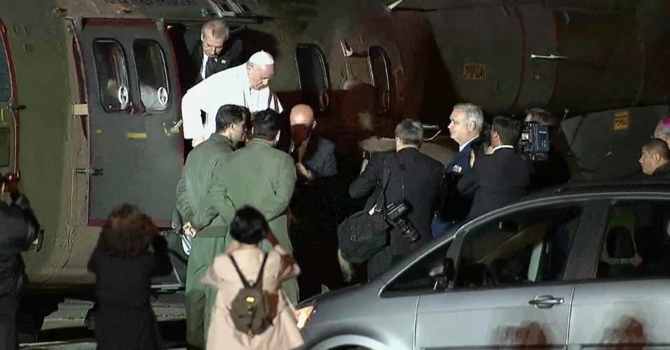 28.jul.2013 - Papa Francisco chega de helicóptero ao Aeroporto do Galeão, no Rio de Janeiro, de onde embarcará para Roma, na Itália, neste domingo (28)