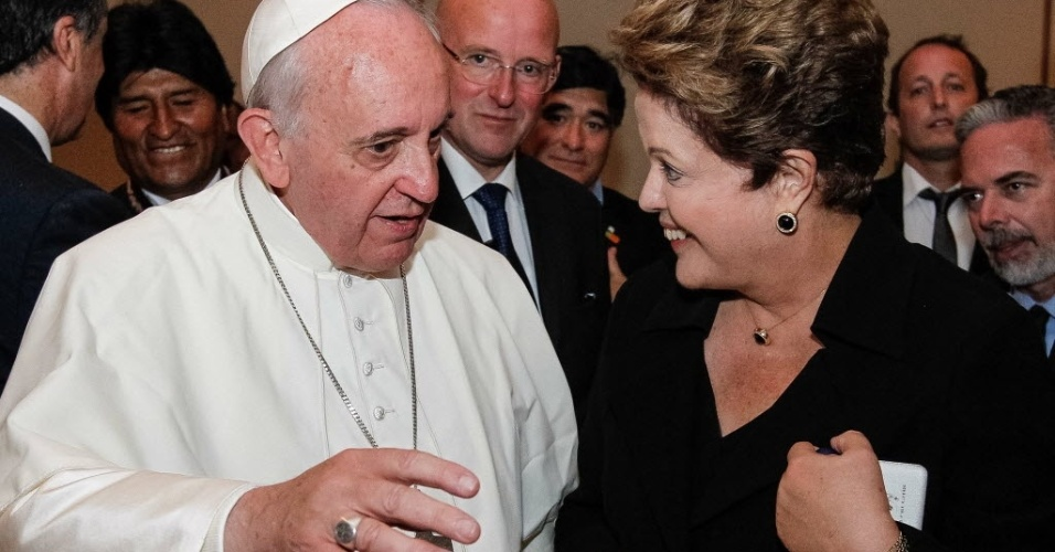 28.jul.2013 - Papa Francisco conversa com a presidente Dilma Rousseff após a missa de encerramento da JMJ (Jornada Mundial da Juventude), no Rio de Janeiro