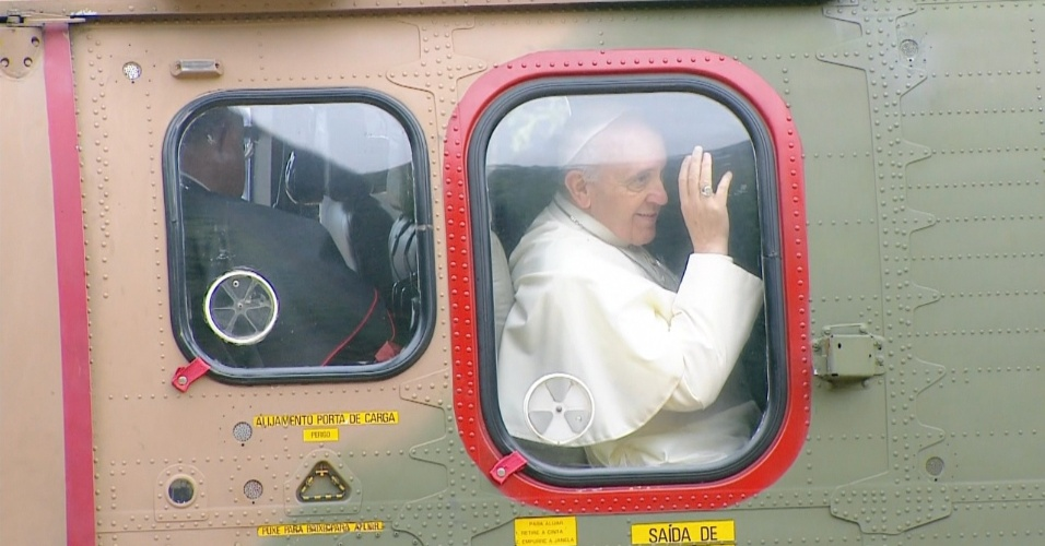 28.jul.2013 - Papa Francisco deixa a residência de Sumaré e vai para a praia de Copacabana, no Rio de Janeiro, para a missa de encerramento da JMJ (Jornada Mundial da Juventude)