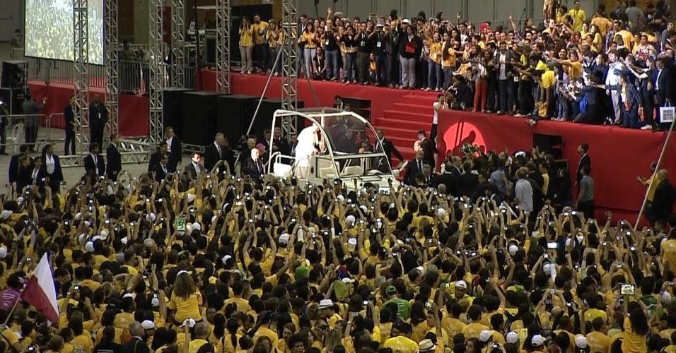 28.jul.2013 - Papa Francisco deixa o Riocentro, na Barra da Tijuca, no Rio de Janeiro, onde aconteceu, neste domingo (28), um encontro com voluntários da Jornada Mundial da Juventude, e segue para o Aeroporto Internacional do Rio de Janeiro/Galeão - Antônio Carlos Jobim