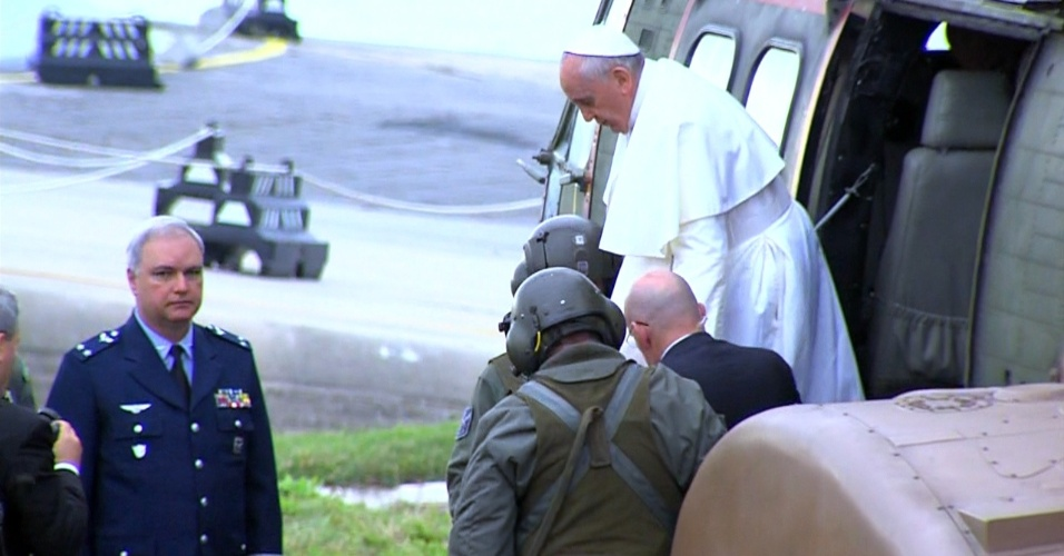 28.jul.2013 - Papa Francisco desce de helicóptero em Copacabana, no Rio de Janeiro, onde o pontífice celebrará a missa de encerramento da JMJ (Jornada Mundial da Juventude)