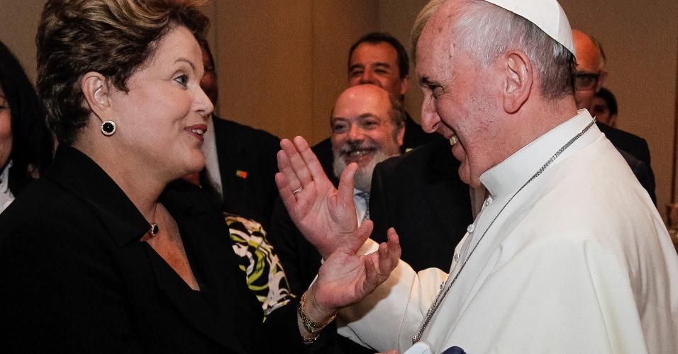 28.jul.2013 - Papa Francisco e a presidente Dilma Rousseff conversam após a missa de encerramento da JMJ (Jornada Mundial da Juventude), no Rio de Janeiro