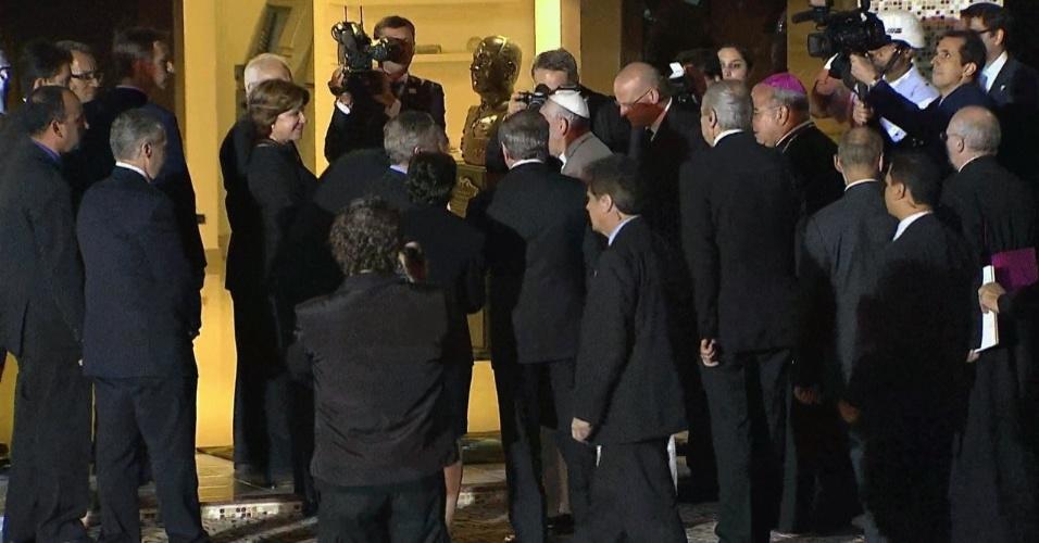 28.jul.2013 - Papa Francisco é acompanhado por autoridades ao entrar nas dependências do Aeroporto do Galeão, no Rio de Janeiro, neste domingo (28), de onde partirá para Roma, na Itália