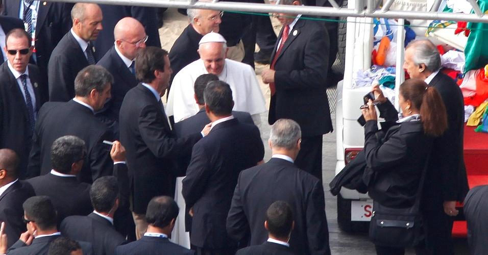 28.jul.2013 - Papa Francisco é recebido pelo prefeito do Rio de Janeiro, Eduardo Paes, e por fiéis ao chegar à praia de Copacabana, no Rio de Janeiro, onde celebra a missa de encerramento da JMJ (Jornada Mundial da Juventude)