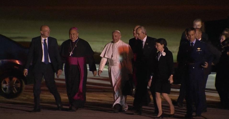 28.jul.2013 - Papa Francisco é recepcionado por autoridades ao chegar ao Aeroporto do Galeão, o Rio de Janeiro, de onde segue para Roma, na Itália, neste domingo
