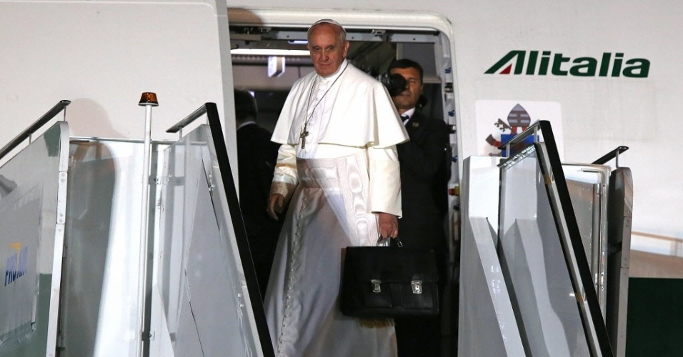 28.jul.2013 - Papa Francisco embarca para a Roma na Base Áerea do aeroporto Galeão, no Rio de Janeiro, após participar da Jornada Mundial da Juventude