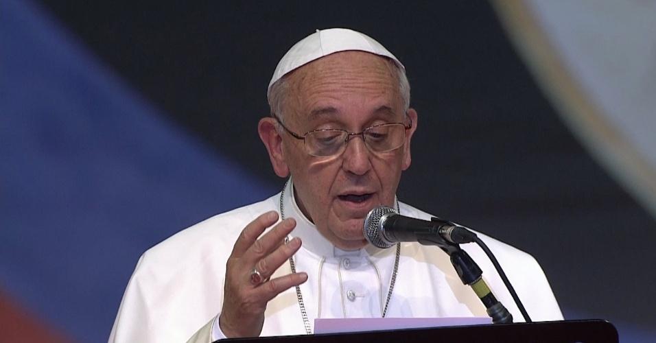 28.jul.2013 - Papa Francisco fala aos voluntários da Jornada Mundial da Juventude, durante encontro no Riocentro, no Rio de Janeiro, neste domingo (28)