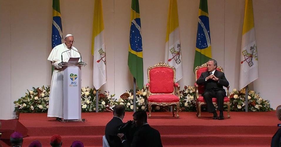 28.jul.2013 - Papa Francisco faz último discurso durante cerimônia em hangar no Aeroporto do Galeão, no Rio de Janeiro, antes de embarcar para Roma, na Itália