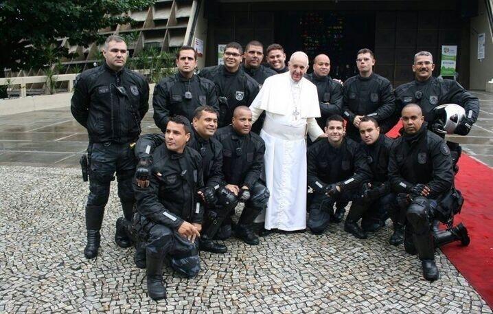 28.jul.2013 - Papa Francisco posa para foto rodeado dos policiais militares do Batalhão de Choque do Rio de Janeiro, que fizeram sua escolta durante estadia no Brasil. Segundo Twitter da PM, no momento da foto, o papa teria dito