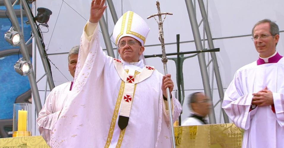 28.jul.2013 - Papa Francisco se despede de fiéis da JMJ (Jornada Mundial da Juventude) no fim da missa de encerramento da jornada, na praia de Copacabana, no Rio de Janeiro
