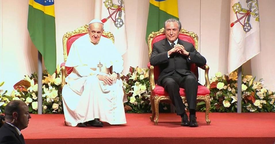 28.jul.2013 - Papa Francisco senta ao lado do vice-presidente Michel Temer durante última cerimônia da sua visita ao Brasil, em um hangar no Aeroporto do Galeão, no Rio de Janeiro, de onde partirá para Roma, na Itália